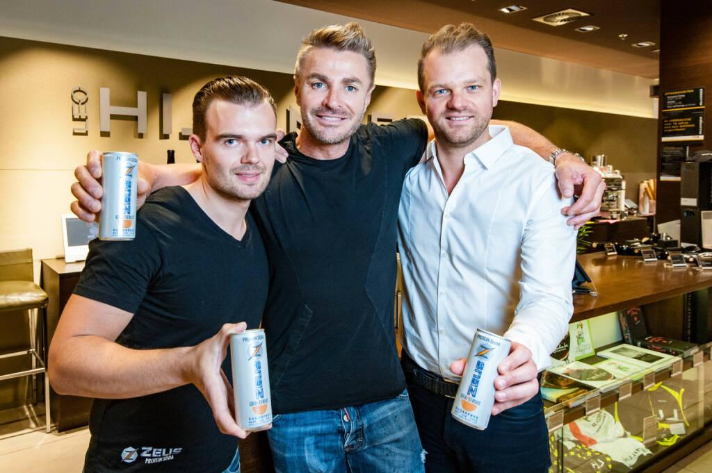 Fitnessdrink ZEUS Protein Soda verkauft bereits über 1 Million Dosen und setzt Schritt nach Deutschland; im  Bild: Geschäftsführer Michael Grossmann und die Investoren Leo Hillinger und Daniel Zech für SevenVentures, Fotocredit: Jan Gott, © Aussendung (18.09.2017)