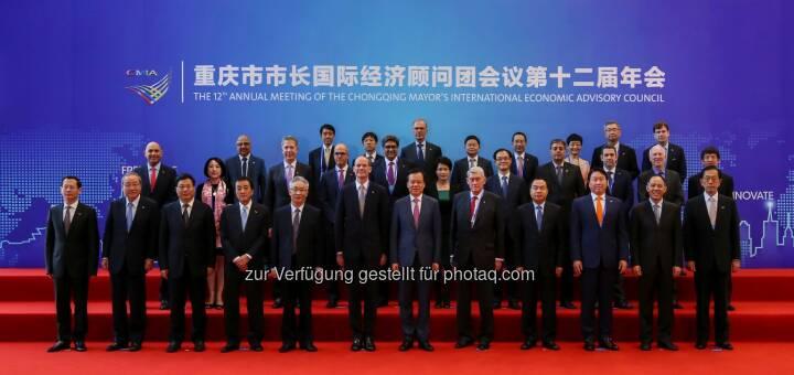Gruppenfoto mit Hannes Androsch, Aufsichtsratsvorsitzender AT&S, bei der Konferenz des internationalen Beratungsgremiums des Bürgermeisters von Chongqing, China. Copyright: CMIA