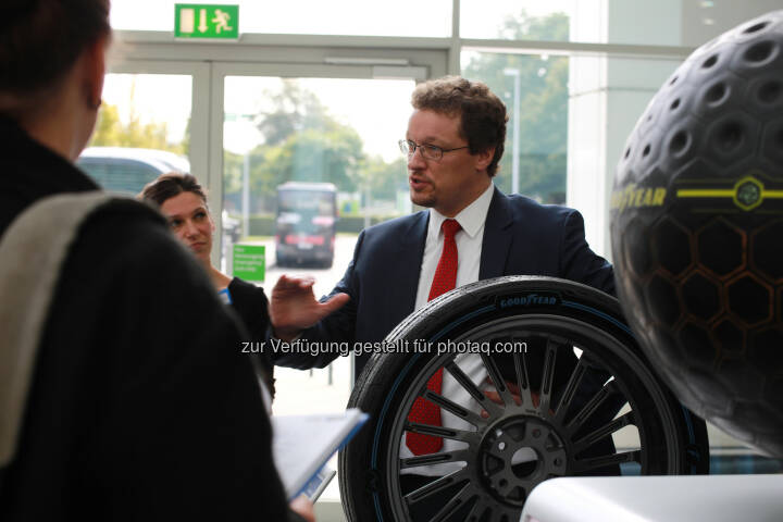 David Anckaert, General Director des Dunlop Entwicklungszentrums Hanau bei der Präsentation der beiden Goodyear Konzept-Reifen IntelliGrip Urban und Eagle360 Urban - Goodyear Dunlop: Roundtable im Rahmen des Goodyear Handelskongresses (Fotocredit: Goodyear Dunlop)