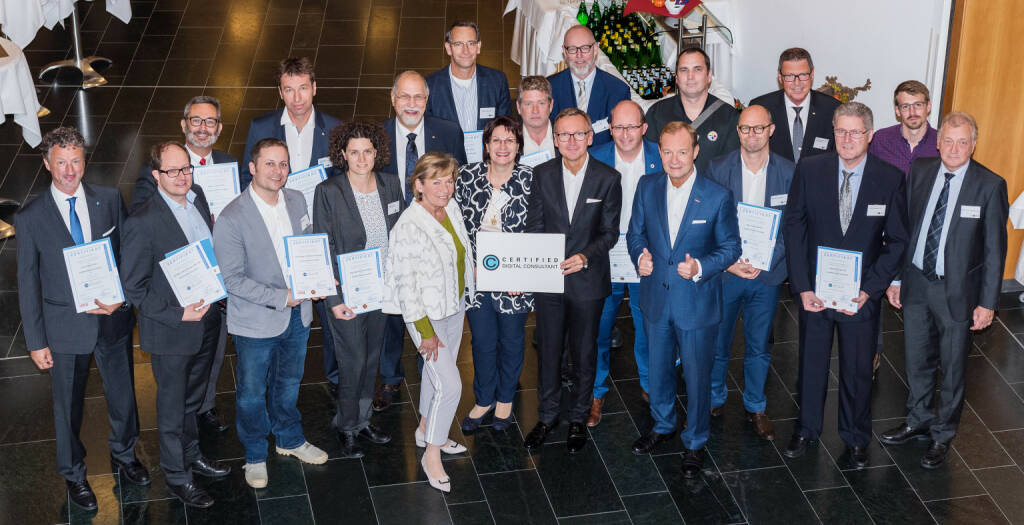 Startschuss für KMU Digital und neue NÖBEG-Förderung in Niederösterreich: WKO NÖ Präsidentin Sonja Zwazl überreichte gemeinsam mit NÖBEG Geschäftsführer Stefan Chalupa die Zertifiakte an die neuen Certified Digital Consultants, Foto: Kraus, © Aussendung (26.09.2017)