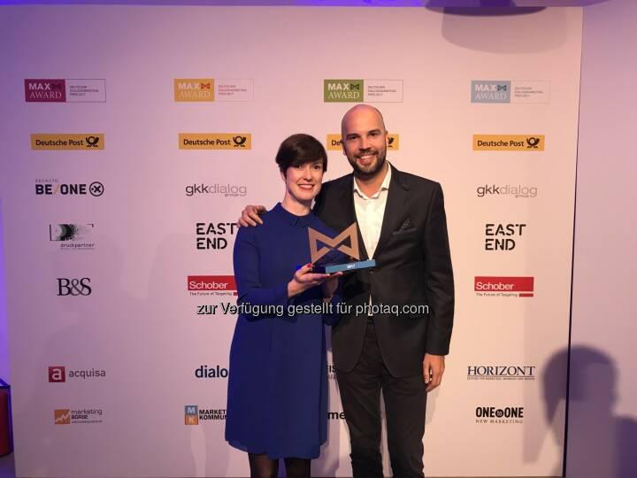 """Preis für das """"Projekt Restart"""": Diana Augustin, innogy Brand Management, und Samy Kouatli, Scholz & Friends - innogy ist gestern Abend mit dem Goldenen MAX-Award in Hamburg für ihre Marketing-Kampagne """"Projekt Restart"""" ausgezeichnet worden. (Fotocredit:"""