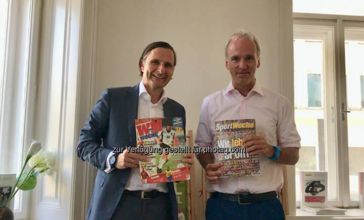 Klaus Schweighofer und Christian Drastil mit der ersten und letzten Ausgabe der Sport Woche