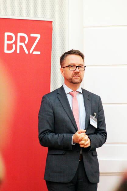 """Das Bundesrechenzentrum (BRZ) veranstaltete gemeinsam mit der Oesterreichischen Kontrollbank (OeKB) ein weiteres DIMCA-Netzwerk-Treffen. Unter dem Titel """"Blockchain-Technologie in der öffentlichen Verwaltung"""" sprachen Experten aus Recht, Verwaltung und Wirtschaft zu ihren Erfahrungen, Erwartungen und Anforderungen an die neue Technologie, Matthias Lichtenthaler, Bereichsleiter Digitale Transformation im BRZ; Fotocredit: BRZ (11.10.2017)"""