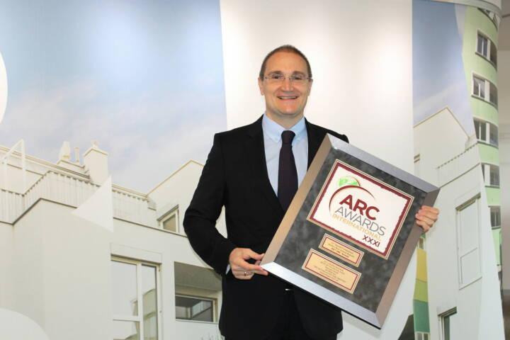 """Buwog hat für den Geschäftsbericht des Wirtschaftsjahres 2015/16 bei der Annual Report Competition (ARC) die Auszeichnung Grand Award in der Kategorie """"Financial Data"""" erhalten. Andreas Segal, stv. CEO & CFO mit dem ARC Grand Award, Fotocredit: Buwog/Michael Lippitsch"""