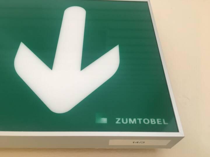 Exit, Zumtobel, Fluchtweg, Pfeil nach unten, grünes Licht