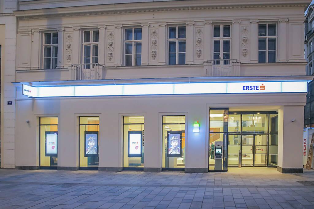 Die Erste Bank eröffnet direkt auf der Mariahilfer Straße ein neu gestaltetes Beratungszentrum. Von Montag bis Freitag 9 - 18 Uhr stehen 50 Mitarbeiter für Privat- und  Firmenkunden sowie Freiberufler zur Verfügung. Der Umbau der 3-stöckigen, 1200 m² großen Filiale hat aufgrund der Kernsanierung des gesamten Hauses 1,5 Jahre gedauert. Fotocredit: Erste Bank (16.10.2017)