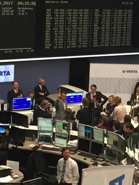 Varta-IPO: Montana Tech Components-Eigentümer Michael Tojner läutet die Opening Bell in Frankfurt, © Viola Grebe (19.10.2017)