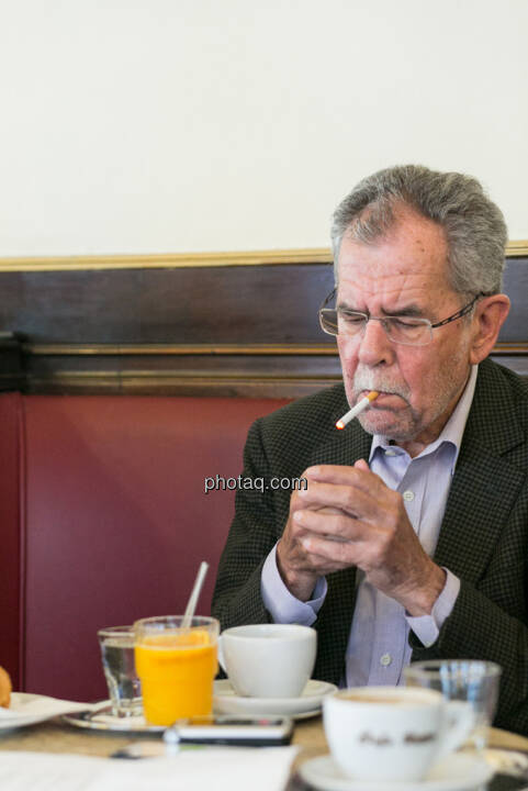 Alexander van der Bellen, raucht