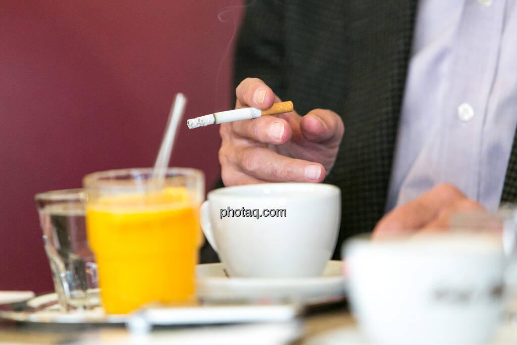 Orangensaft, Zigarette, Kaffee, Frühstück, © finanzmarktfoto.at/Martina Draper (29.05.2013)