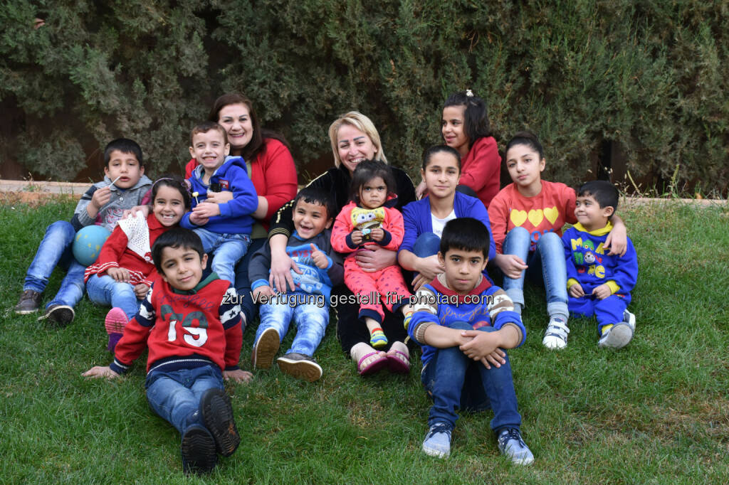 Endlich zuhause! Die ersten 12 Kriegswaisen sind mit ihren SOS-Kinderdorf-Müttern ins SOS-Kinderdorf Saboura bei Damaskus eingezogen. Insgesamt werden dort 80 Kinder ein liebevolles, bleibendes Zuhause und auch psychologische Unterstützung bekommen. - SOS Kinderdorf: Syrien: Zweites SOS-Kinderdorf bei Damaskus in Betrieb (Fotocredit: SOS-Kinderdorf), © Aussender (25.10.2017)