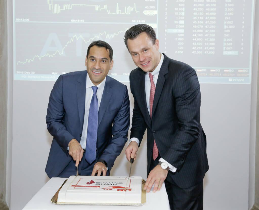 Bawag-CEO Anas Abuzaakouk und Wiener Börse-Chef Christoph Boschan schneiden die Torte an; Fotocredit: Wiener Börse (26.10.2017)
