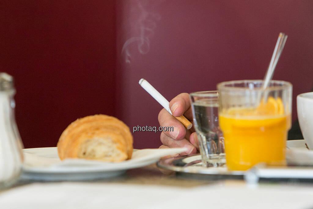 Frühstück, Kipferl, Zigarette, Orangensaft, © finanzmarktfoto.at/Martina Draper (29.05.2013)