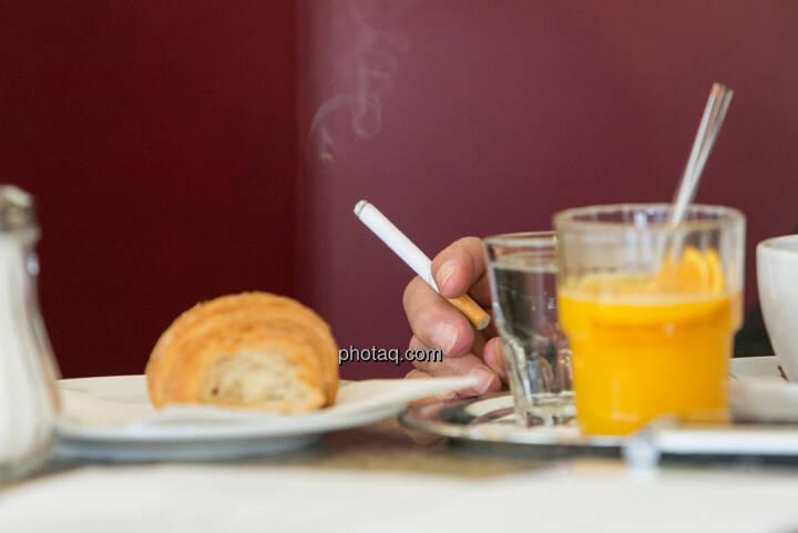 Frühstück, Kipferl, Zigarette, Orangensaft