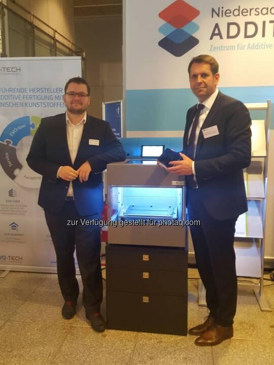 Geschäftsführer EVO-tech Markus Kaltenbrunner mit Wirtschaftsminister Olaf Lies - EVO-te: EVO-tech eröffnet zweiten Standort in Hannover (Fotocredit: EVO-tech GmbH)