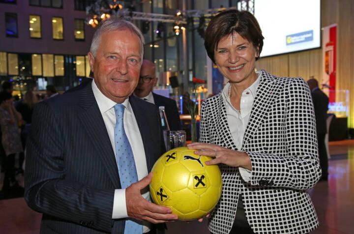 ÖFB-Präsident Leopold Windtner, Generaldirektor-Stellvertreterin Michaela  Keplinger-Mitterlehner, Fotocredit: RLB OÖ/Strobl