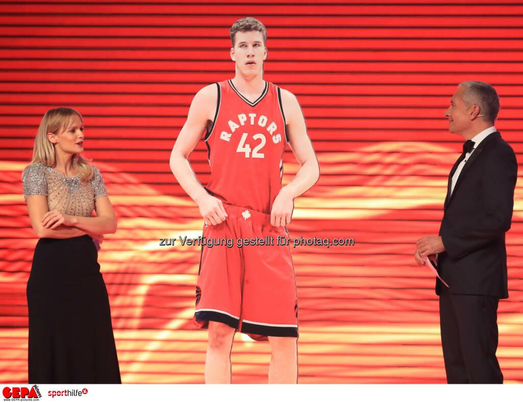 Mirjam Weichselbraun, eine Figur von Jakob Poeltl und Rainer Pariasek. - Lotterien Sporthilfe-Gala - (Photo: GEPA pictures/ Mario Buehner) (04.11.2017)