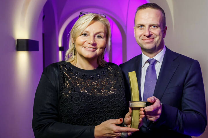 BUWOG-Geschäftsbericht mit dem Econ-Award ausgezeichnet; Ingrid Fitzek-Unterberger, Bereichsleiterin Marketing & Kommunikation, und Holger Lüth, Bereichsleiter Corporate Finance & Investor Relations, bei der Award-Gala in Berlin. Fotocredit: Econ Award/Thomas Rosenthal/Jan Kobel