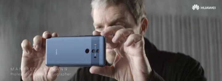 Star-Fotograf Manfred Baumann steht für neue Huawei TV-Kampagne vor der Linse. Durch die Zusammenarbeit von Huawei mit dem renommierten Kamera-Hersteller Leica entstand die Kooperation mit Manfred Baumann, der bereits seit 2016 mit Leica kooperiert. Bild: Huawei Österreich