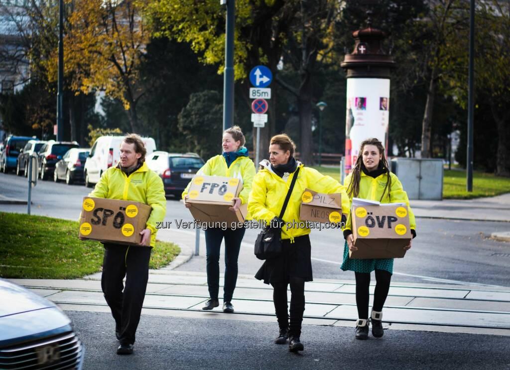 Österreich entscheidet: Österreich entscheidet übergibt Demokratie-Starterpaket an Nationalratsabgeordnete (Fotograf: Gabriel Gschaider / Fotocredit: ÖE), © Aussender (28.11.2017)