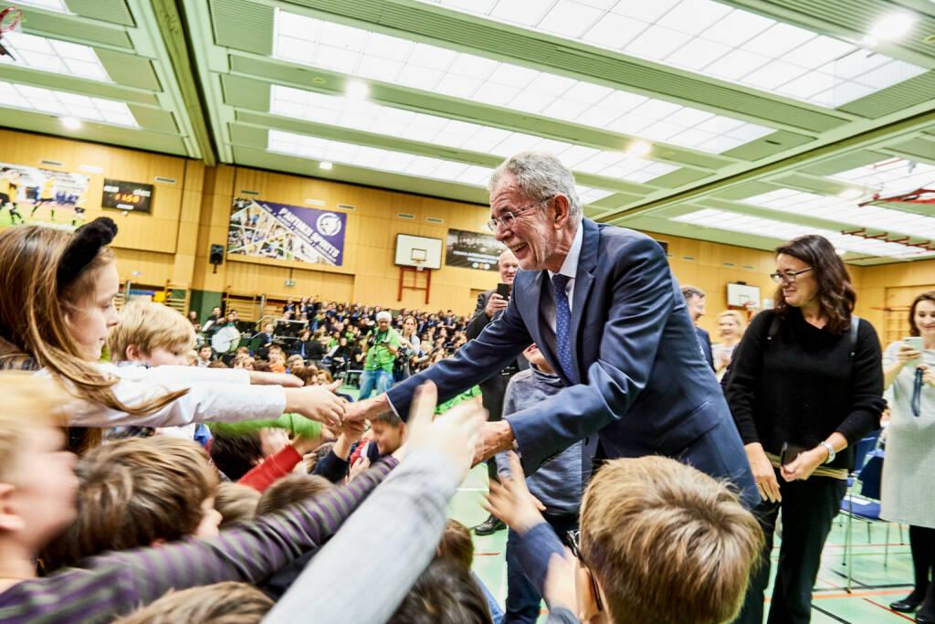 Vienna International School (VIS): Bundespräsident Dr. Van der Bellen zeichnet Vienna International School als 1. Eco-School Österreichs aus; Fotocredit: Vienna International School, © Aussender (01.12.2017)