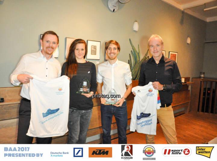Rookies of the Year: Tanja Stroschneider und Christoph Sander, flankiert vom Runplugged-Laufstark-Team Christian-Hendrik Knappe (Deutsche Bank, li.) und Christian Drastil