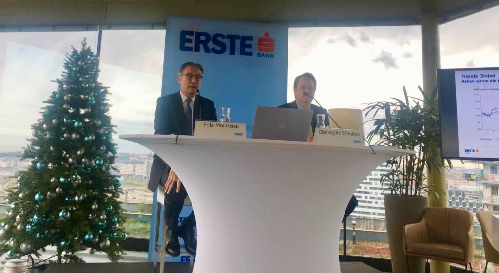 Fritz Mostböck (Head of Research Erste Group) und Christoph Schultes (Senior Analyst CEE bei der Erste Group) sehen weiterhin eine gute Aussgangssituation für die Aktienmärkte; Credit: BSN, © Aussender (14.12.2017)