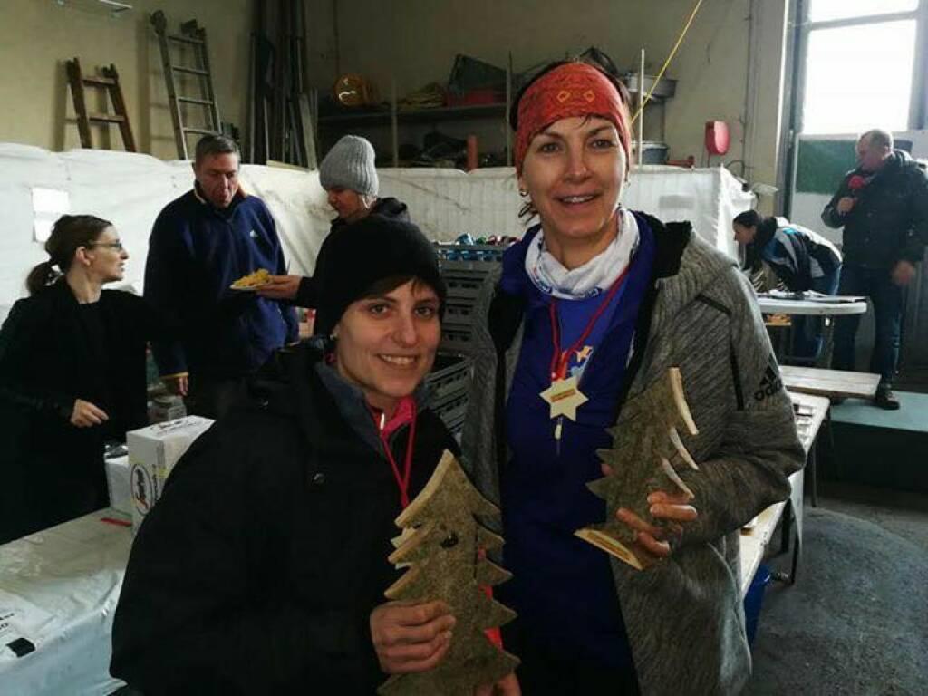 Barbara Neubauer Mein erster Preis bei einer Laufveranstaltung, #schwadorferadventlauf Links Manu Dienstl war schnellste Frau (29.12.2017)