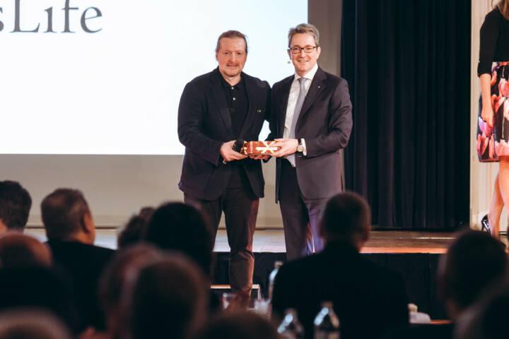 """Mit einem offiziellen Festakt feiert Swiss Life Select in Österreich am 11. Jänner sein Firmenjubiläum. Das 5-jährige Bestehen wird 2018 mit einer Reihe von Jubiläumsaktivitäten begangen, die sich am Leitmotiv """"länger, selbstbestimmt Le- ben"""" ausrichten und im Zeichen der Digitalisierung stehen. Christoph Obererlacher & Joey Kelly (Vortrag: NO LIMIT); Rechte: @ Philipp Lipiarski"""