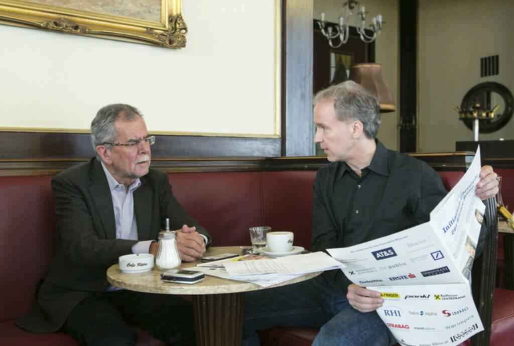 Fachheft-Blättern mit Alexander Van der Bellen im Cafe Ritter für http://www.christian-drastil.com/2013/06/01/van_der_bellen_mehr_bankenabgabe_wegen_der_hypo_nein (01.06.2013)