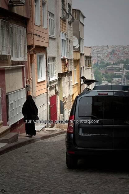 Frau, Auto, Krähe; Türkei, Istanbul, © Herlinde Wagner (02.06.2013)