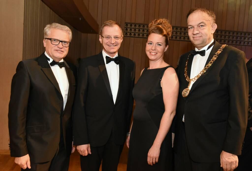 Über 2.500 Gäste kamen zum JKU-Ball; (v. l.): Bürgermeister Klaus Luger, Landeshauptmann Thomas Stelzer sowie Astrid und Meinhard Lukas; Bildrecht: JKU/Röbl  (20.01.2018)