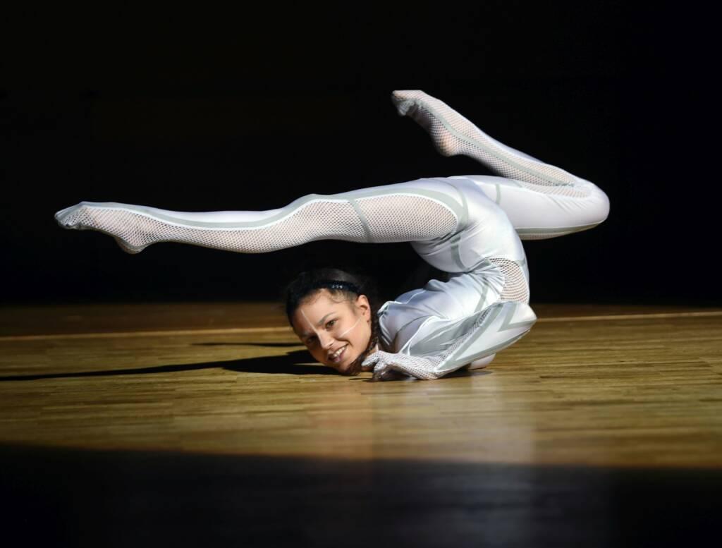 Über 2.500 Gäste kamen zum JKU-Ball; Handbalancing-Artistin Stefanie Millinger begeisterte das Publikum, elastisch, dehnbar, biegsam, turnen, Bildrecht: JKU/Röbl (20.01.2018)