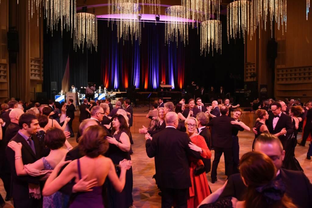 Über 2.500 Gäste kamen zum JKU-Ball; volles Parkett im Brucknerhaus, tanzen, Ball, Tanzfläche, Bühne; Bildrecht: JKU/Röbl (20.01.2018)
