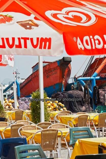 Hafenrestaurant, Sonnenschirm; Türkei, Istanbul, © Herlinde Wagner (02.06.2013)