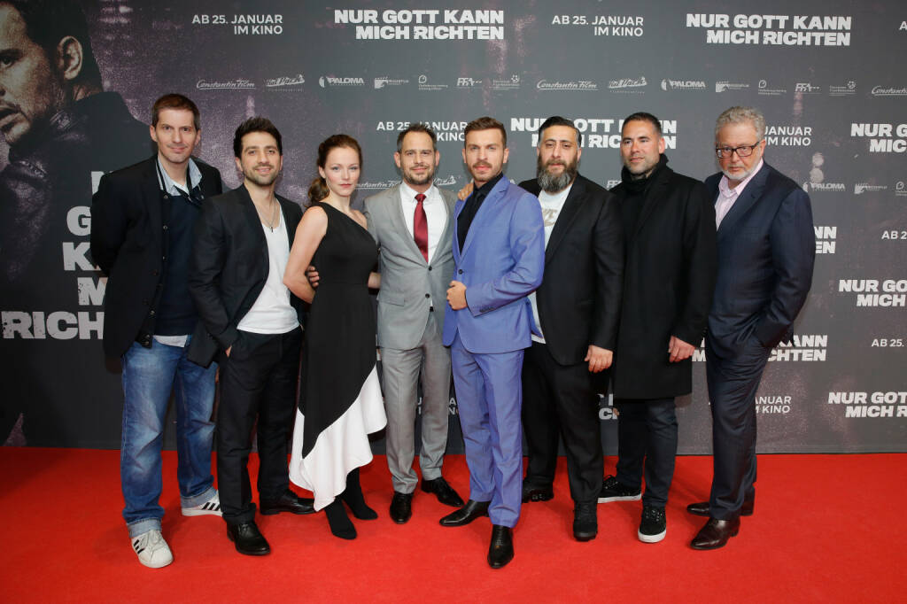Constantin Film: Producer Christian Becker, Oezgur Yildirim, Franziska Wulf, Moritz Bleibtreu, Edin Hasanovic, Kida Khodr Ramadan, Emek Kavukcuoglu and CEO Constantin Film Martin Moszkowicz attend the 'Nur Gott kann mich richten' premiere at CineStar Metropolis in Frankfurt am Main, Germany. (Photo by Andreas Rentz/Getty Images for Constantin Film)  Quelle: obs/Constantin Film/Andreas Rentz, © Aussendung (23.01.2018)