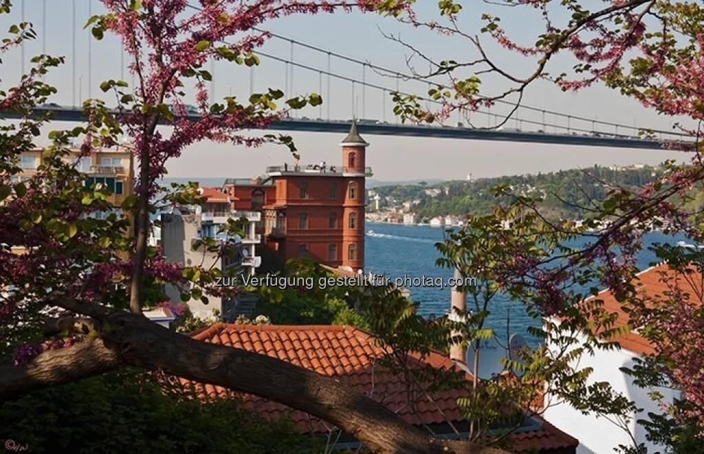 Häuser, Bosporus, Brücke; Türkei, Istanbul, © Herlinde Wagner (02.06.2013)