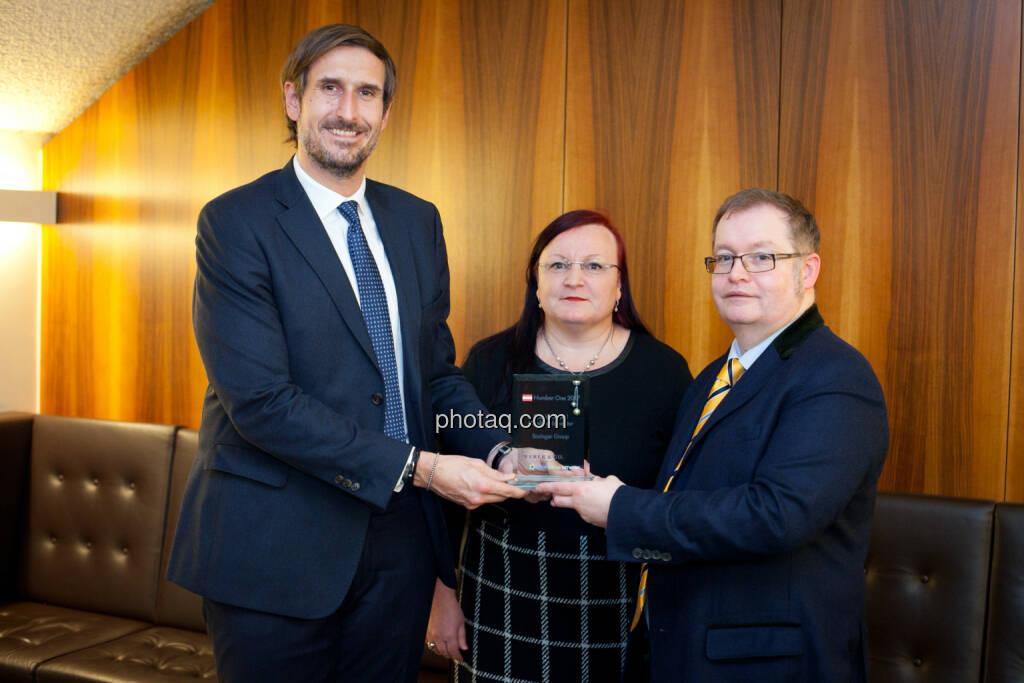 Christoph Moser (Weber & Co.) - Yvette Rosinger, Gregor Rosinger - Special Award Mittelstandsinvestor - Rosinger Group, © photaq (25.01.2018)