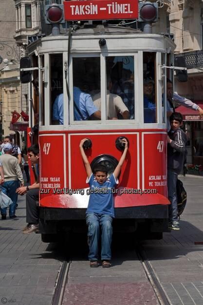 Kind, Strassenbahn; Türkei, Istanbul, © Herlinde Wagner (02.06.2013)