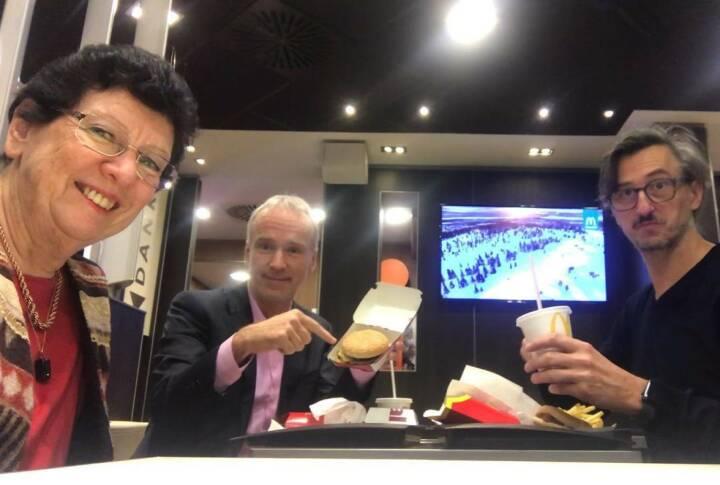 Zufallstreffen bei einem McDonalds in Graz: WirtschaftsBlatt Veterans Heidi Alphonsus, Christian Drastil, Josef Chladek