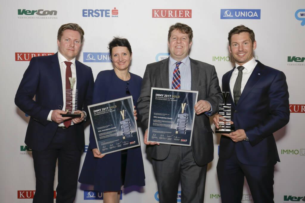 """Die EHL-Gruppe wurde bei der Verleihung des IMMY, des Qualitätspreises der Wiener Immobilienmakler und –verwalter, zum achten Mal in Folge ausgezeichnet – und diesmal gleich doppelt: EHL Immobilien erhielt bereits zum fünften Mal den IMMY in Gold für exzellente Beratungsqualität in der Wohnungsvermittlung und EHL Immobilien Management GmbH wurde in der erstmals vergebenen Kategorie """"Bester Immobilienverwalter"""" ebenfalls mit dem Gold-IMMY ausgezeichnet. Die Preise nahmen Michael Ehlmaier, Geschäftsführender Gesellschafter, Sandra Bauernfeind, Geschäftsführerin EHL Immobilien Management GmbH, sowie David Breitwieser, Leiter der Wohnungsvermittlung und Bruno Schwendinger, Leitung Verwaltung Wohnen, entgegen. Credit: Roland Rudolph, © Aussendung (31.01.2018)"""