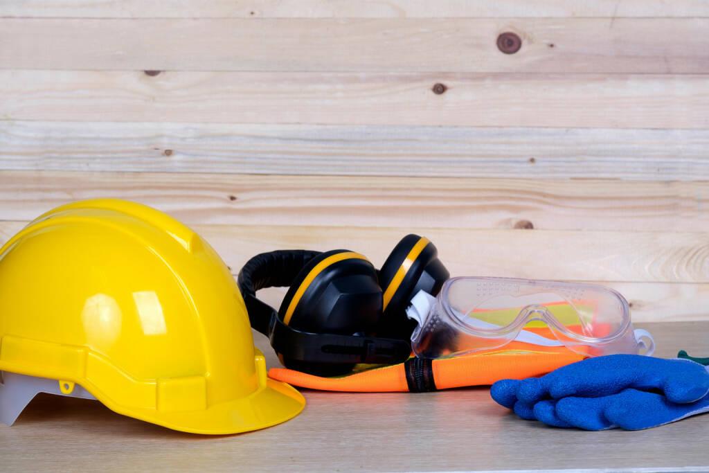 TÜV AUSTRIA Gruppe: Der zukunftsorientierte Standard ISO 45001, der den bisherigen Standard BS OHSAS 18001 künftig ablösen wird, beschreibt die Anforderungen an ein modernes, betriebliches Arbeits- und Gesundheitsschutz-Managementsystem. ISO 45001 ist für Unternehmen jeglicher Größe – von kleineren Organisationen bis hin zu internationalen Konzernen – eine taugliche Anleitung zur Umsetzung. Bau, Bauhelm, Gehörschutz, Arbeitsgewand, Arbeit, Schutzkleidung, Fotocredit:Fotolia/Panitan, © Aussendung (01.02.2018)