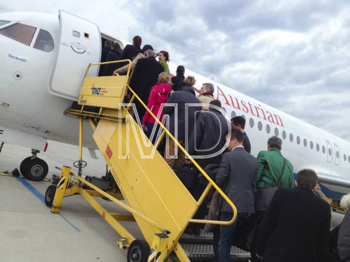 Flugzeug, Austrian Airlines, Passagiere beim Einsteigen, Flughafen Wien