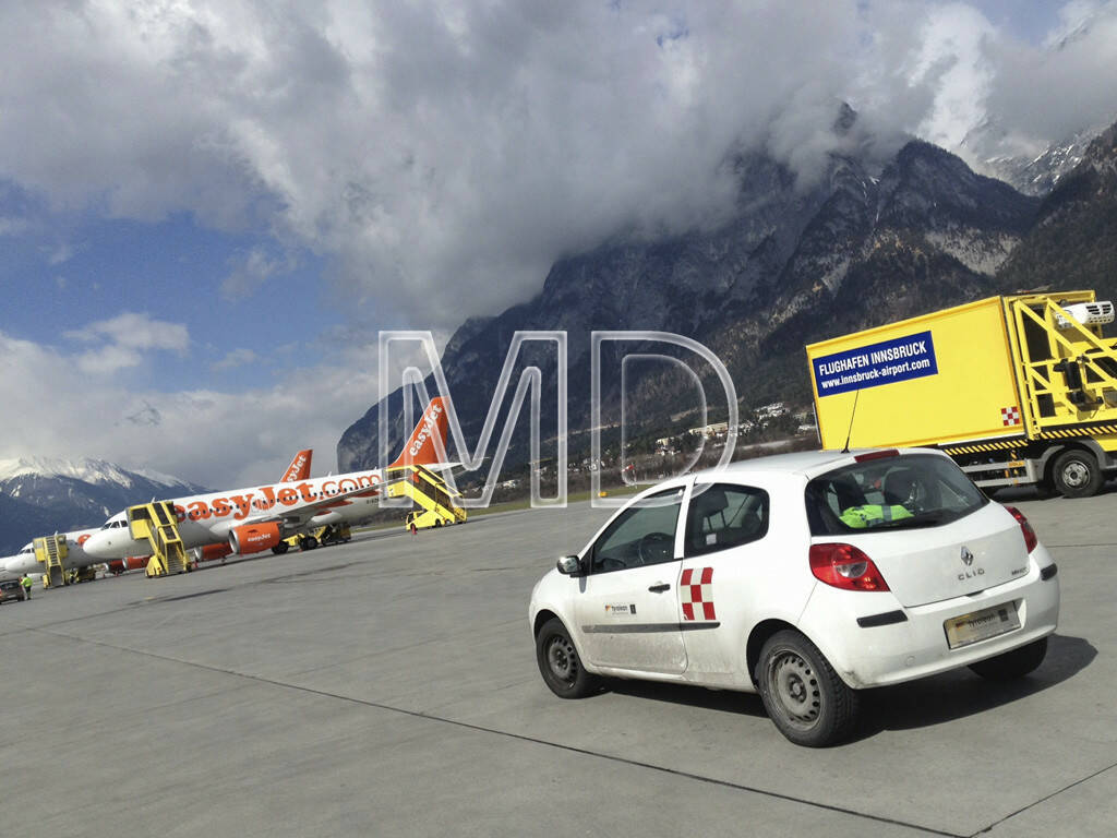 Flugzeug, Auto, Flughafen Innsbruck, © teilweise www.shutterstock.com (02.06.2013)