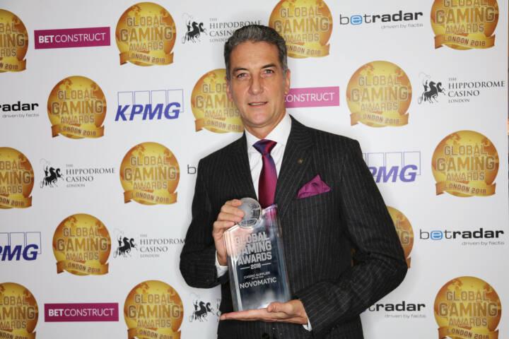 """Nach vier erfolgreichen Jahren in Las Vegas wurden die Global Gaming Awards nun auch auf London ausgeweitet und NOVOMATIC als """"Casino Supplier of the Year"""" ausgezeichnet. Harald Neumann mit Award """"Casino Supplier of the Year"""" 2017, Fotocredit: 2018 Global Gaming Awards / Gambling Insider'"""