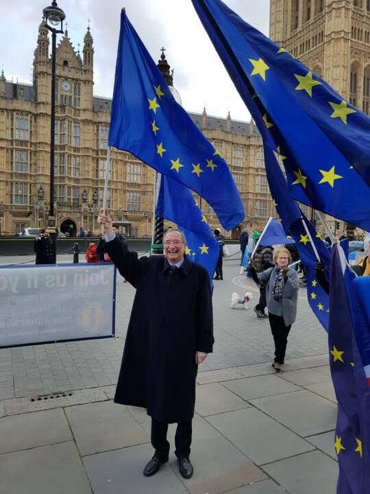 Brexit: WKÖ schnürt Service-Programm für österreichische Betriebe, WKÖ-Präsident Christoph Leitl mit Anti-Brexit-Demonstranten in London, Fotocredit: WKÖ/Presseabteilung