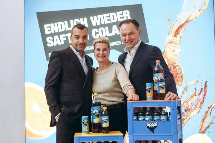 """Almdudler mit neuen Produkten: """"Mit drei neuen Almdudler Produktinnovationen sowie der neuen Marke Spezi Cola-Mix in den Sorten Orange und Zitrone setzen wir unseren erfolgreich eingeschlagenen Weg fort und stellen erneut eines klar: Wir sorgen für natürliche Abwechslung in den Supermarktregalen der Alpenrepublik"""", freut sich Thomas Klein. Im Bild: Thomas & Michaela Klein mit Gerhard Schilling, Fotocredit:(c) Almdulder / Philipp Lipiarski"""