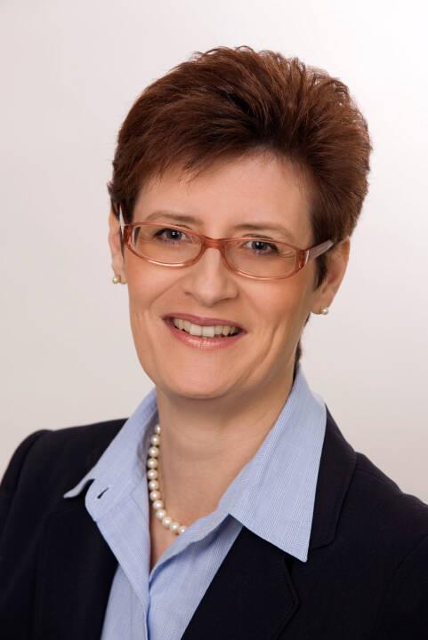 """""""Frauen können viel besser mit Geld umgehen, als sie vielleicht glauben. Sie informieren sich in finanziellen Angelegenheiten besser als Männer und halten an ihren Entscheidungen fest, während Männer ihr Wissen öfter überschätzen und auch höhere Risiken eingehen, indem sie zum Beispiel bei Aktien nicht in Fonds, sondern in Einzeltitel investieren"""", meint Sonja Ebhart-Pfeiffer, Vorstandsmitglied Österreichischer Verband Financial Planners und Finanzberaterin bei der FiNUM.Private Finance AG. Sonja Ebhart-Pfeiffer; Senior Consultant, Dipl. Finanzberater (BAK). Credit: Verband Financial Planners"""