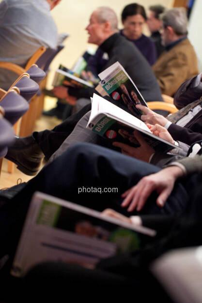 Börse Social Network-Roadshow, Publikum blättert im Magazine, Credit: Michaela Mejta (01.03.2018)