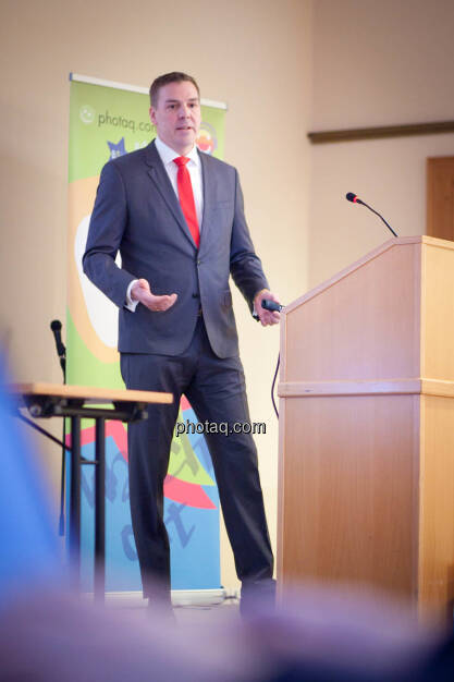 Börse Social Network-Roadshow, FinGroup AG-Vorstand Alexander Coenen präsentiert vor vollem Haus, Credit: Michaela Mejta (01.03.2018)