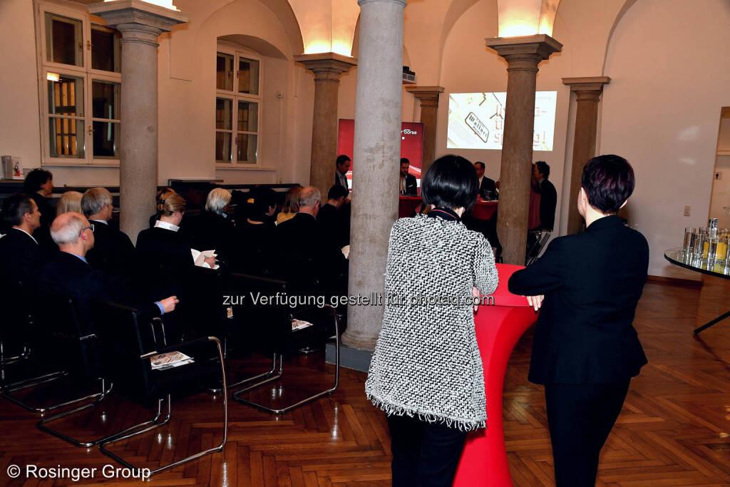 Interessierte Zuhörerinnen am roten Tisch: Henriette Lininger und Silvia Wendecker, beide von der Wiener Börse, © (C) Rosinger Group (03.03.2018)